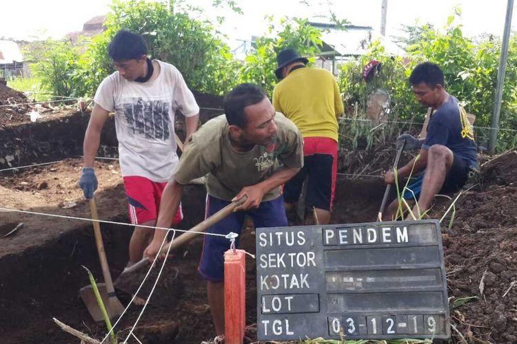 Proses ekskavasi terhadap temuan struktur bata diperkirakan candi pra Majapahit di Desa Pendem, Kecamatan Junrejo, Kota Batu, Jumat (13/12/2019).