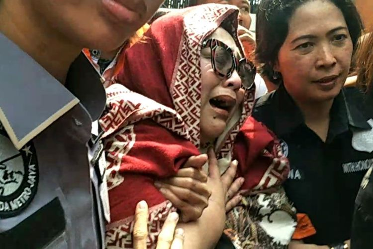 Pelawak Nunung menangis tak kuat mengikuti konferensi pers di Polda Metro Jaya, Jakarta Selatan, Senin (22/7/2019).
