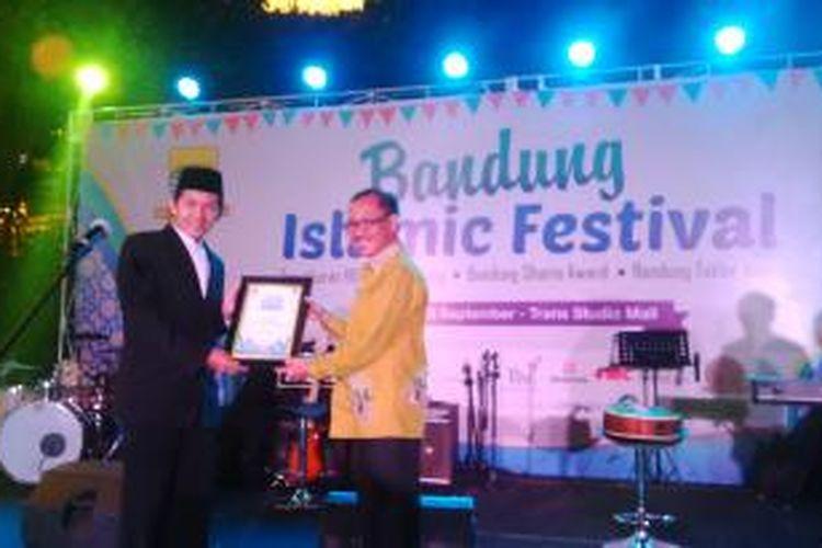 Pengurus masjid Al Irsyad saat menerima penghargaan dari Pemkot Bandung di Transtudio Mall, Bandung, Jawa Barat, Senin (29/9/2014).