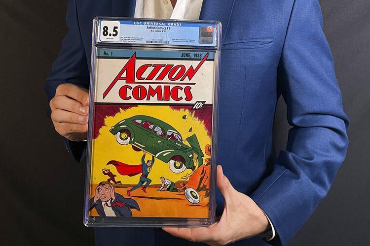 Foto ini disediakan oleh Metropolis Collectibles pada Selasa (6/4/2021). Foto ini menunjukkan Vincent Zurzolo, salah satu pemilik ComicConnect, memegang buku komik Action Comics edisi pertama tahun 1938 yang menandai kemunculan pertama Superman, yang telah terjual dengan harga bersejarah, memecahkan rekor 3,25 juta dollar AS.