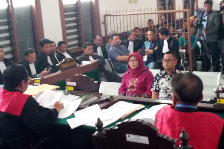 Dirjen Pas Sri Puguh Budi Utami yang mengenakan kerudung dan baju ungu tam pak duduk hadir sebagai saksi dalam sidang kasus suap fasilitas mewah di Lapas Sukamiskin, dengan terdakwa Wahid Husein, Fahmi Darmawansyah, Hendri Saputra, dan Andri Rahmat.