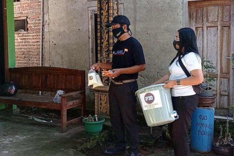 Memanfaatkan produk susu lokal, komunitas pemuda di Kabupaten Magetan membagikan susu murni kepada warga yang melakukan isolasi mandiri. Dengan susu murni produk lokal diharapkan mampu meningkatkan imun warga.
