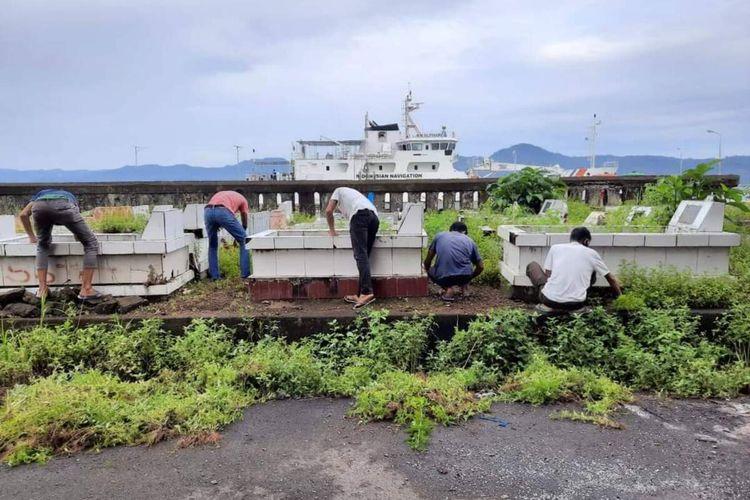 Pengurus Badan Koordinasi Pemuda Remaja Masjid (BKPRMI) Maluku berziarah ke taman makam syuhadah di kawasan Waihaong, Ambon, Selasa (19/1/2021)