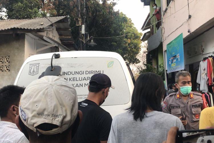 Korban pembunuhan dibawa menggunakan ambulans di Jalan Kelapa Puan RT 010 RW 03, Jagakarsa, Jakarta Selatan pada Selasa (27/7/2021).