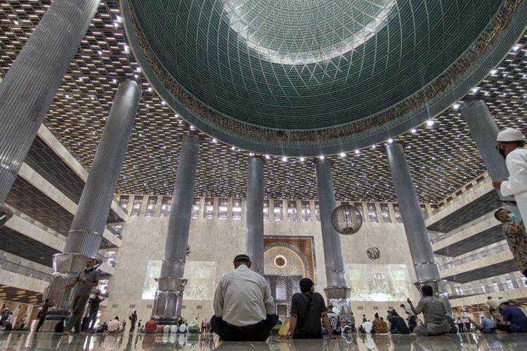 Suasana Masjid Istiqlal selepas ibadah Shalat Jumat, Jumat (9/4/2021)
