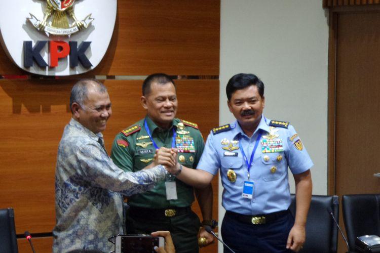 Ketua KPK Agus Rahardjo, Panglima TNI Jenderal Gatot Nurmantyo dan Kepala Staf TNI AU Marsekal Hadi Tjahjanto di Gedung KPK Jakarta, Jumat (26/5/2017).