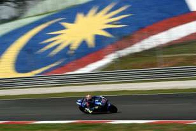 Pebalap Team Suzuki MotoGP asal Spanyol, Maverick Vinales, memacu motornya pada sesi latihan bebas pertama GP Malaysia di Sirkuit Sepang, Juma (28/10/2016).