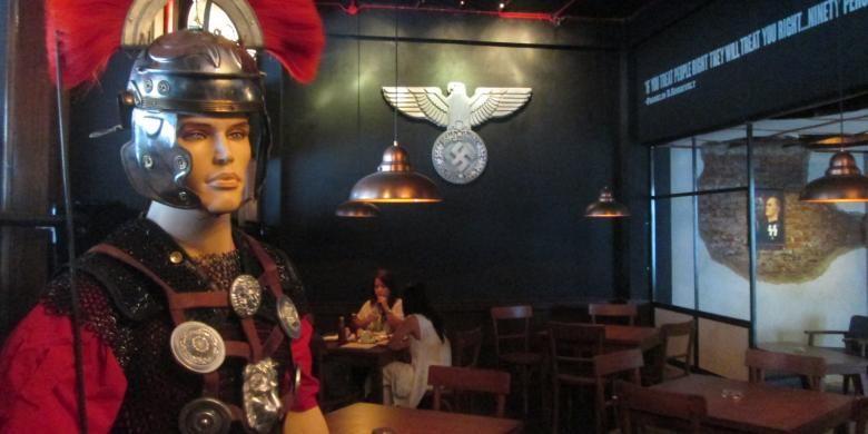 Dekorasi di dalam Soldaten Kaffe, Jalan Cikawao, Kota Bandung, Jawa Barat.