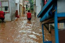 Ketinggian Banjir di Kampung Baru Terus Naik, Warga Turunkan Perahu Karet