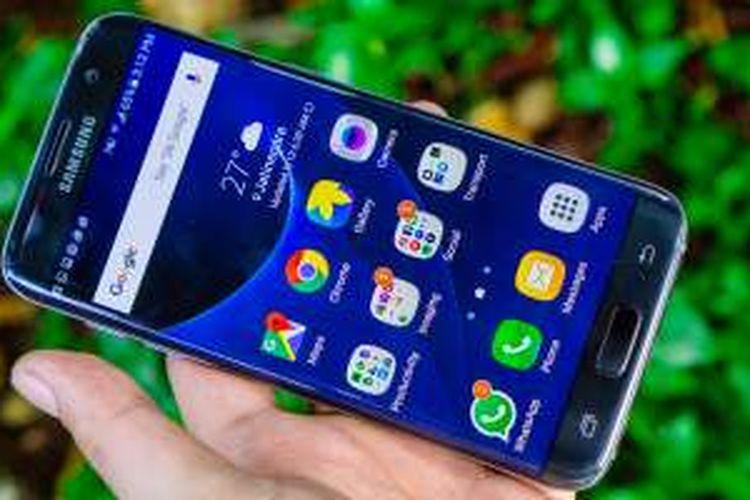 Tampak depan Samsung Galaxy Edge 7 warna hitam (Black Onyx)
