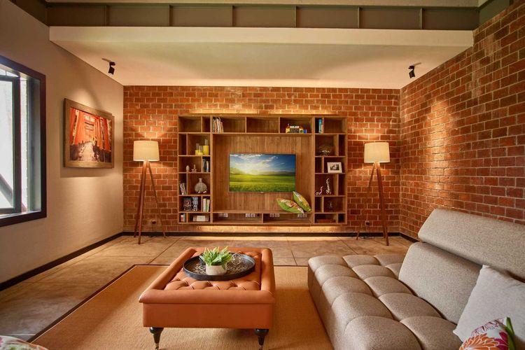Sentuhan Klasik yang Mewah dan HomyInterior hunian Budi Indah House menonjolkan dinding bata ekspos, karya Dinardithen Studio