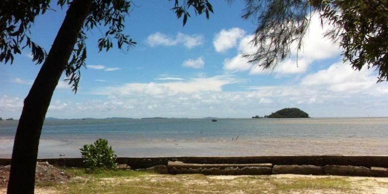 Panorama laut biru kecoklatan dilihat dari tepi Pantai Tanjung Pendam yang terletak di Kelurahan Kampung Parit, Kecamatan Tanjung Pandan, Kabupaten Belitung, Kepulauan Bangka Belitung, Senin (7/3/2016).