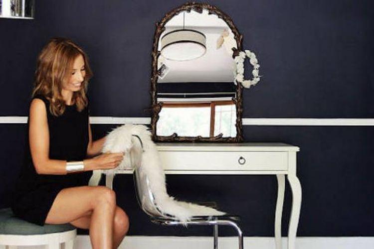 Desainer pakaian Emily Current dan Meritt Elliott menunjukkan cara mengatur meja rias.