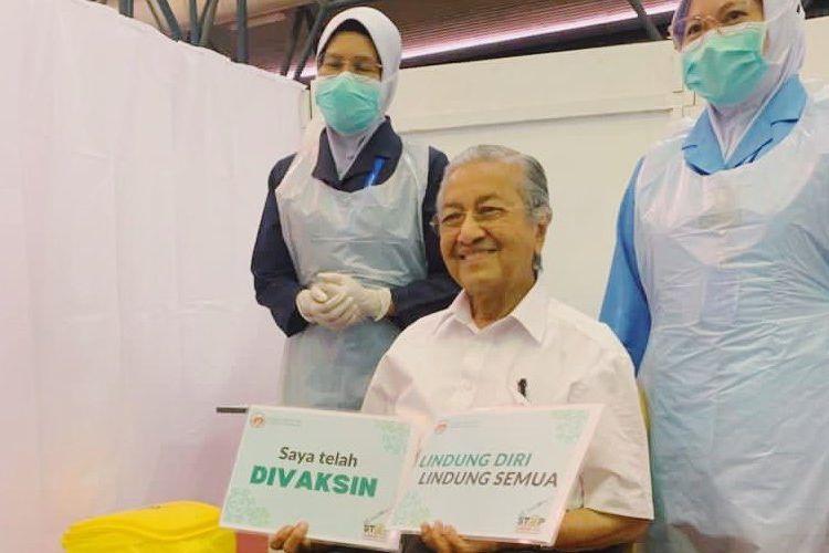 Mantan Perdana Menteri Malaysia Mahathir Mohamad berpose setelah mendapatkan vaksin Covid-19 di Langkawi, Minggu, 7 Maret 2021.