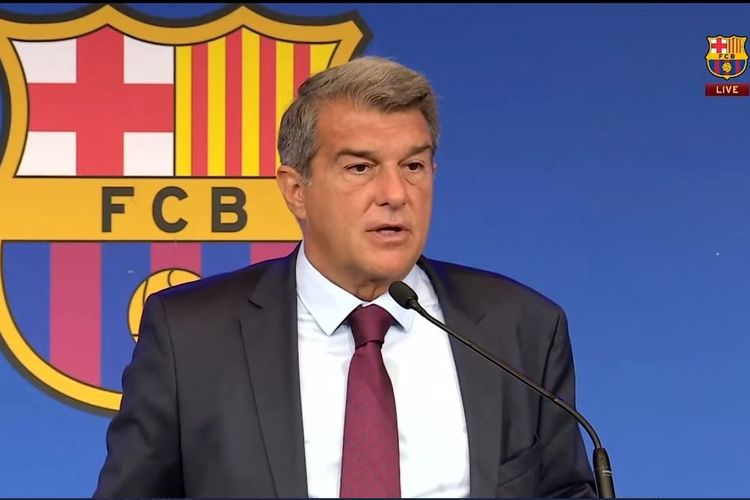Presiden Barcelona Joan Laporta memberikan penjelasan kepada media perihal kegagalan Blaugrana memperpanjang kontrak Lionel Messi pada Jumat (6/8/2021).