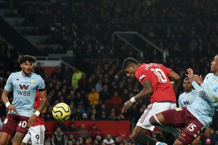 Marcus Rashford mencoba menembak ke gawang lawan pada pertandingan Manchester United vs Aston Villa dalam lanjutan Liga Inggris di Stadion Old Trafford, 1 Desember 2019.