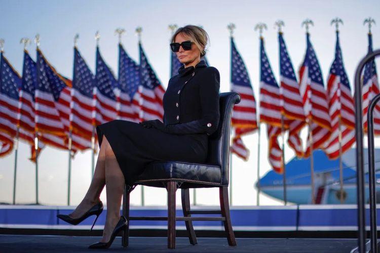Melania Trump berbusana serba hitam di hari terakhir suaminya, Donald Trump, menjabat Presiden AS, Rabu (20/01/2021).