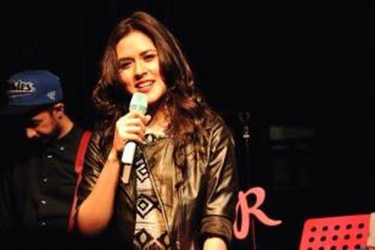 Raisa menyanyi di Kafe Pisa Menteng, Jakarta Pusat, Kamis (25/9/2014) malam