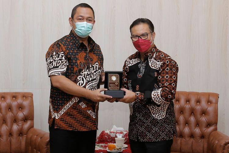 Kepala Badan Kependudukan dan Keluarga Berencana Nasional (BKKBN) Hasto Wardoyo (kanan) mengunjungi Kota Semarang untuk menemui Wali Kota Semarang Hendrar Prihadi (kiri), Jumat (5/3/2021), untuk membicarakan penunjukkan Kota Semarang sebagai pilot projcet pendataan penduduk.