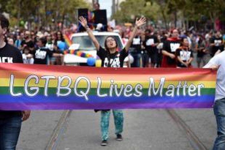 Warga mengikuti Gay Pride Parade di San Francisco, California, 28 Juni 2015, dua hari setelah Mahkamah Agung Amerika Serikat melegalkan pernikahan sesama jenis di 50 negara bagian.
