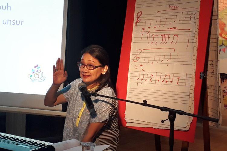 Dian HP diabadikan saat sedang memberikan Workshop Cipta Lagu Anak 2017 di Bentara Budaya Jakarta, Palmerah Selatan, Jakarta Pusat, Selasa (25/4/2017).