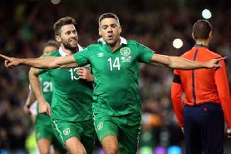 Striker irlandia, Jonathan Walters, merayakan golnya ke gawang Bosnia Herzegovina pada play-off kedua di Stadion Aviva, Senin (16/11/2015).