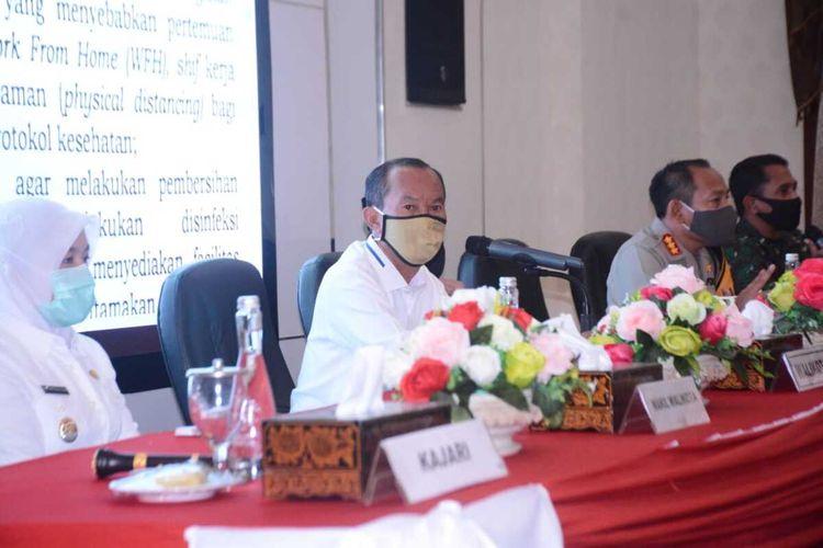 Wali Kota Palembang Harnojoyo bersama Forum Koordinasi Pimpinan Daerah dalam rangka persiapan untuk melakukan Pembatasan Sosial Berskala Besar (PSBB) sebagai upaya menekan angka penyebaran Covid-19, Selasa (21/4/2020).