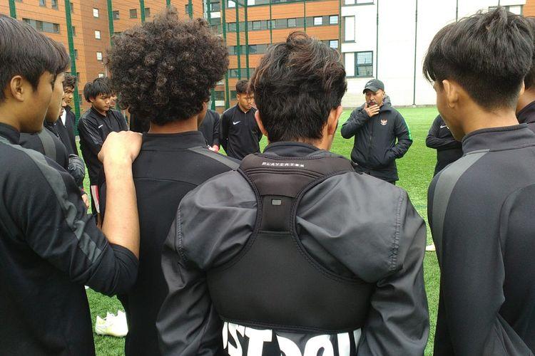 Fakhri Husaini memberikan pengarahan kepada para pemain Garuda Select usai latihan di kawasan Universitas Aston, Birmingham, Inggris, Jumat (3/5/2019).