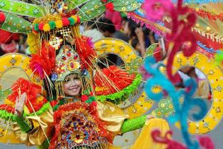 Peserta memperagakan rancangannya pada puncak Jember Fashion Carnaval Ke-12 di Kabupaten Jember, Jawa Timur, Minggu (25/8/2013).