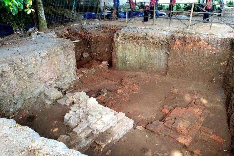 Arkeolog dari BPCB Jawa Timur berhasil menemukan sudut tenggara dari struktur pondasi Candi Gedog di Situs Gedog yang terletak di Kelurahan Gedog, Kecamatan Sananwetan, Kota Blitar, selama proses ekskavasi tahap kedua yang berakhir Rabu (26/5/2021)