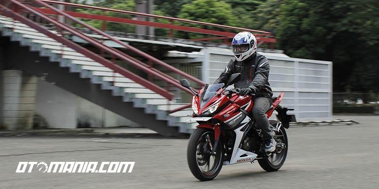 Honda CBR 150, Rival Yamaha R15