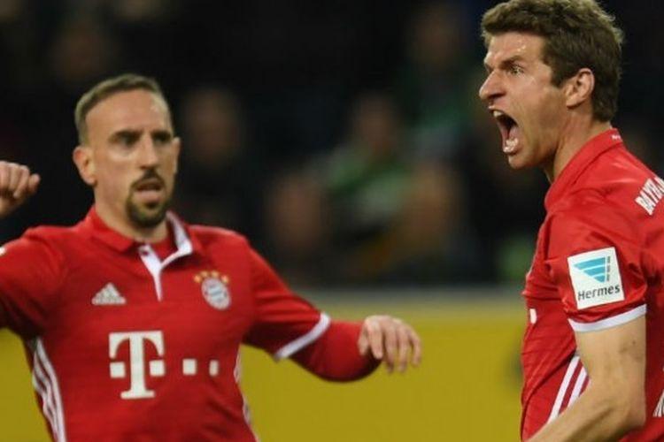 Ekspresi pemain FC Bayern Muenchen, Thomas Mueller (kanan), saat merayakan golnya bersama Franck Ribery dalam pertandingan melawan Borussia Moenchengladbach di pekan ke-25 Bundesliga di Stadion Borussia Park, Minggu (19/3/2017).