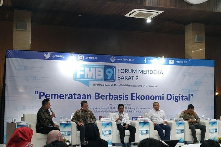 Direktur Jenderal Informasi dan Komunikasi Publik Kementerian Komunikasi dan Informatika Widodo Muktiyo (ketiga kiri) menjadi narasumber dalam diskusi di Gedung Kominfo, Jakarta, Kamis (31/10/2019).