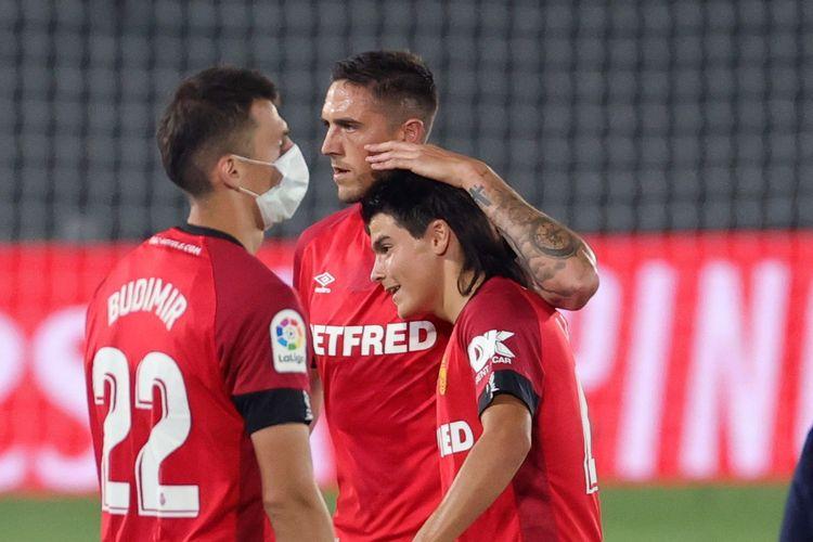 Pemain RCD Mallorca, Luka Romero, dipeluk rekan setimnya.