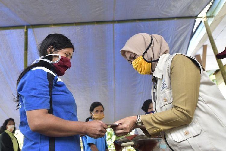 Bupati Luwu Utawa Indah Putri Indriani, menyerahkan bantuan PKH kepada KPM di Kecamatan Rampi, Selasa (21/4/2020).