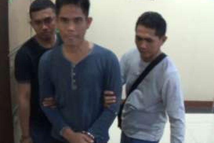 Selama satu buron, mantan bendahara Fakultas Sains dan Teknologi Universitas Islam Negeri (UIN) Alauddin Makassar, Sofyan (40) akhirnya berhasil ditangkap oleh Tim Satuan Tindak Pidana Khusus Kejaksaan Tinggi Sulawesi Selatan dan Sulawesi Barat (Kejati Sulselbar), Jumat (14/10/2016).