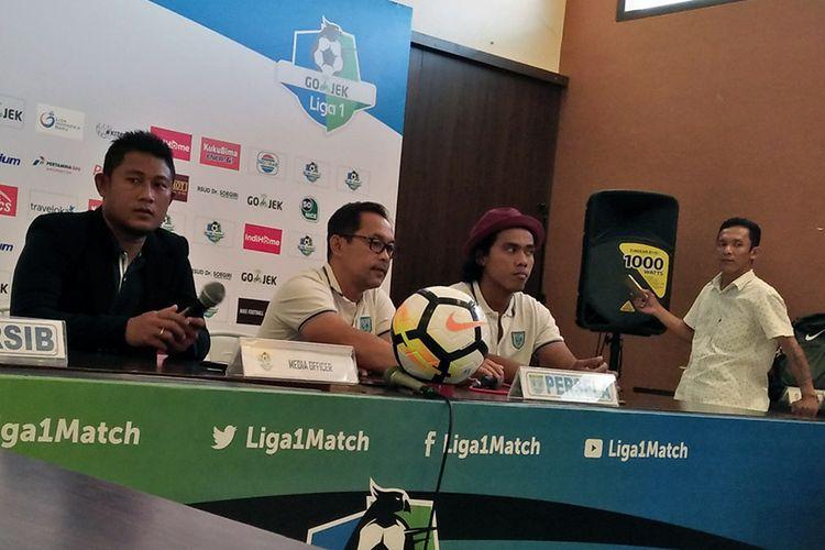 Pelatih Persela Lamongan Aji Santoso (dua dari kiri) dan Samsul Arifin (dua dari kanan), sebelum laga kontra Persib Bandung.