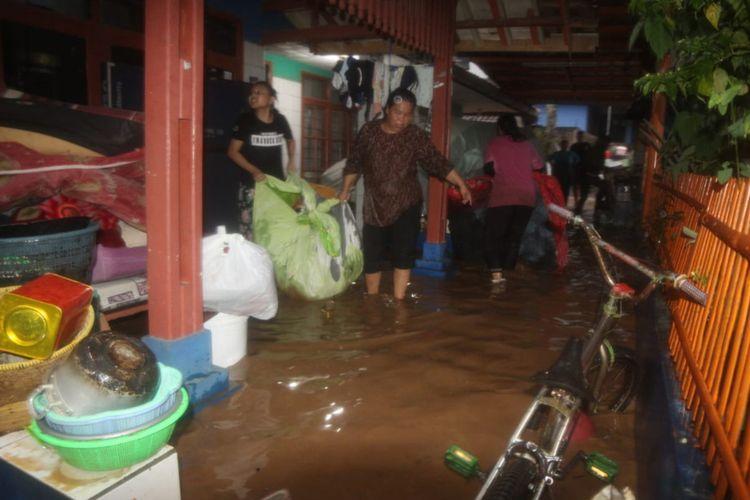 Warga Desa Cikeruh, Jatinangor, Sumedang sibuk memindahkan barang berharga ke tempat aman, Jumat (29/2/2020) malam. AAM AMINULLAH/KOMPAS.com