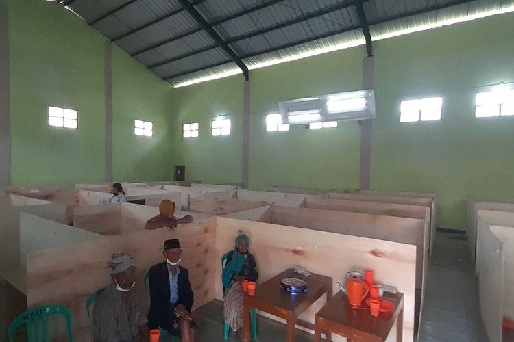 Suasana warga kelompok rentan di tempat penampungan pengungsi sementara (TPPS) Desa Tlogolele, Kecamatan Selo, Boyolali, Jawa Tengah, Selasa (10/11/2020).