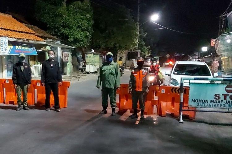 Sejumlah petugas menutup akses jalan di Kecamatan Tegal Selatan, Kota Tegal, Jawa Tengah dengan water barrier, Sabtu (26/9/2020) malam. (Istimewa)