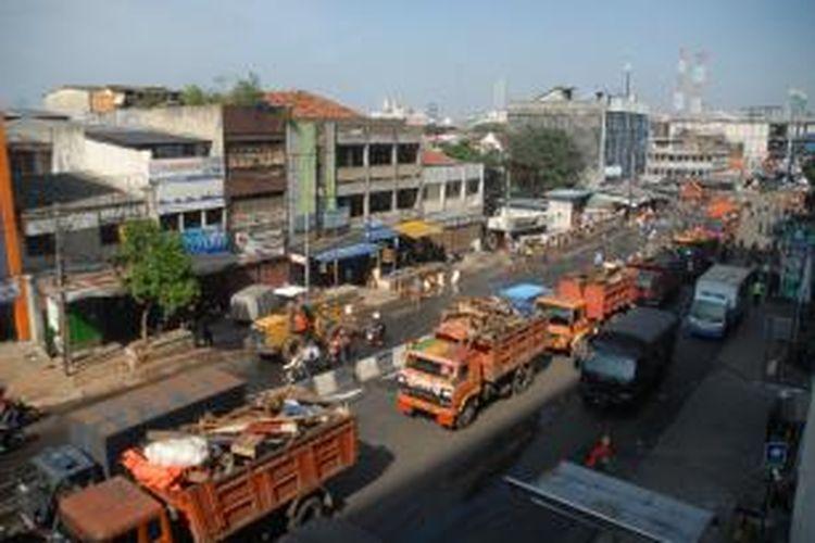 Belasan truk Dinas Pekerjaan Umum (DPU)DKI bermuatan puing-puing lapak pedagang kaki lima (PKL), Jakarta, Minggu (11/8/2013).