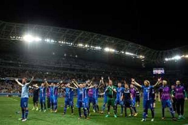 Para pemain Islandia merayakan keberhasilan mengalahkan Inggris pada babak 16 besar Piala Eropa 2016, Senin (27/6/2016).