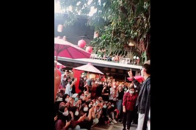 salah satu tangkapan layar yang menunjukkan adanya kerumunan dalam jumpa fans artis tik tok asal Solo, Viensboys di salah satu restoran di Kota Madiun, Jawa Timur, Minggu (24/1/2021)
