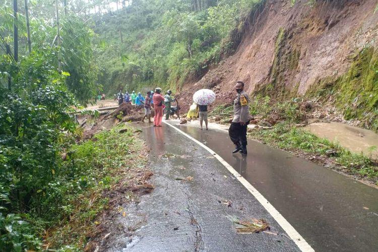Musibah tanah longsor melanda jalur trans Sulawesi dan rumah warga di Kabupaten Gowa, Sulawesi Selatan. Sabtu, (3/3/2021).
