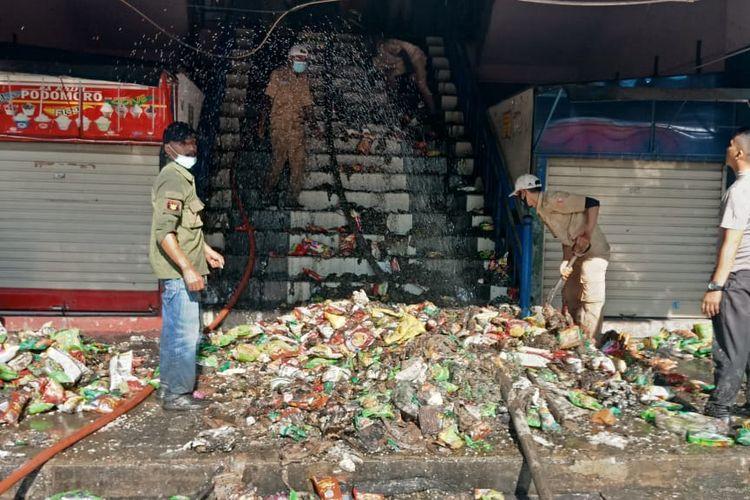 Petugas Damkar berhasil memadamkan api yang melahap Plaza Pondok Gede, Kamis (16/9/2021).