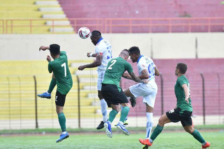Victor Igbonefo dalam laga uji coba PSS Sleman vs Persib Bandung.