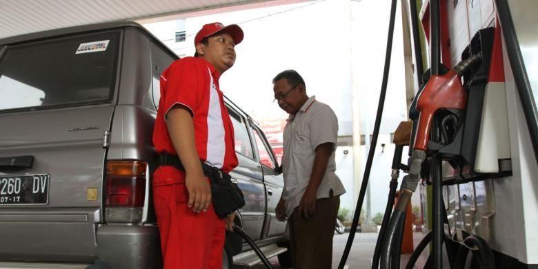 Petugas SPBU mengisi solar bersubsidi kepada mobil konsumen di SPBU Coco Cikini Jakarta Pusat, Kamis (31/7/2014). Sesuai arahan Badan Pengatur Kegiatan Hilir Minyak dan Gas Bumi (BPH Migas), aturan pelarangan pembelian BBM subsidi jenis minyak solar khususnya di wilayah Jakarta Pusat mulai diberlakukan Jumat 1 Agustus. Selain itu, BPH Migas juga membatasi pembelian solar bersubsidi di daerah lain dengan melarang pembelian pada malam hari.