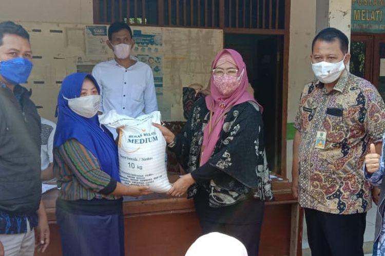 PT Pos Indonesia (Persero) bersama perusahaan umum (Perum) Badan Urusan Logistik (Bulog) menyalurkan bantuan sosial beras (BSB) PPKM darurat kepada warga Pandegelang, Banten, Selasa, (3/8/2021).