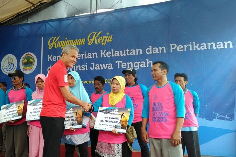 Gubernur Jateng Ganjar Pranowo memberikan bantuan kepada para nelayan di Kabupaten Rembang, Rabu (22/11/2017). Ganjar ingin agar proses perizinan bagi nelayan dipangkas karena dinilai menyulitkan.