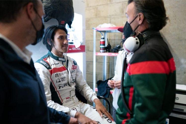 Pebalap Indonesia, Sean Gelael, saat tampil di FIA World Endurance Championship 24 Hours of Le Mans bersama tim JOTA #28.